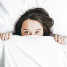 シングルベッドで寝ている女性