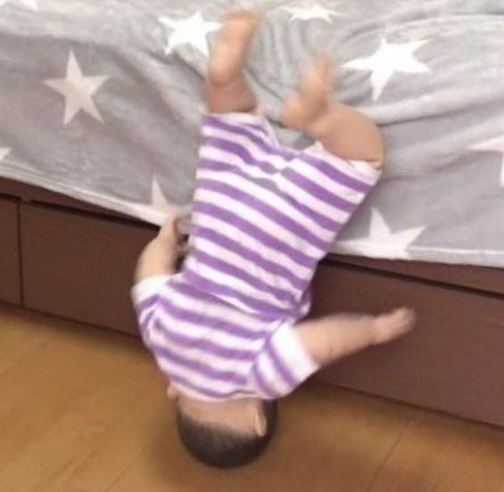 子供がベッドから転落している