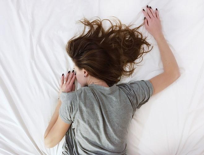 セミダブルベッドに一人で寝ている