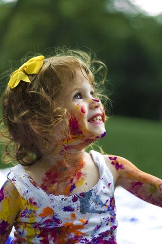 塗料で顔が汚れている子供