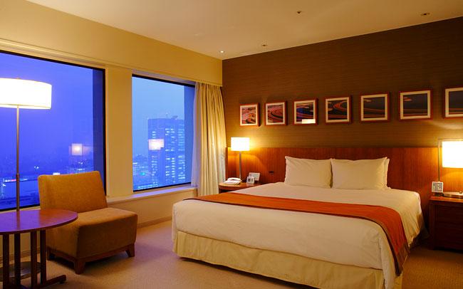 ホテルのベッドルーム