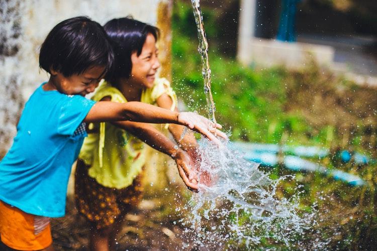暑い夏に遊んでいる子供達