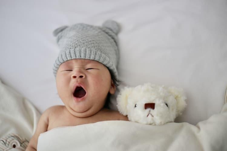 赤ちゃんがダブルベッドで寝ている