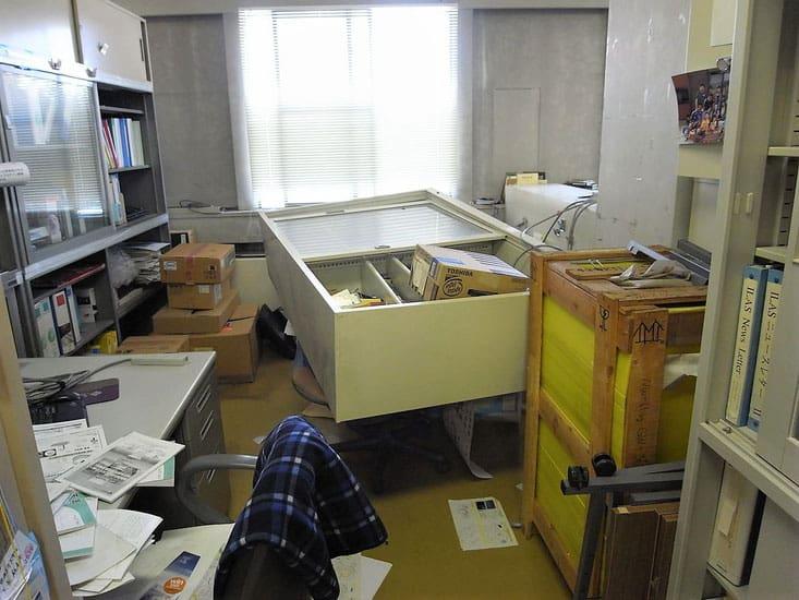 地震で家具が倒れている