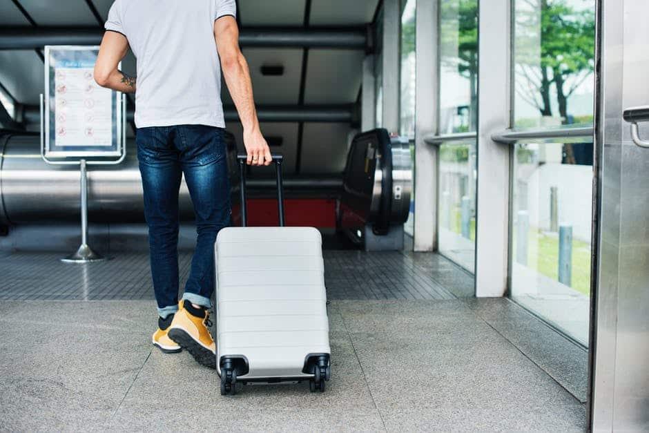 荷物を入れたスーツケース