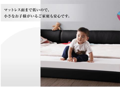 赤ちゃんがフロアベッドで遊んでいる